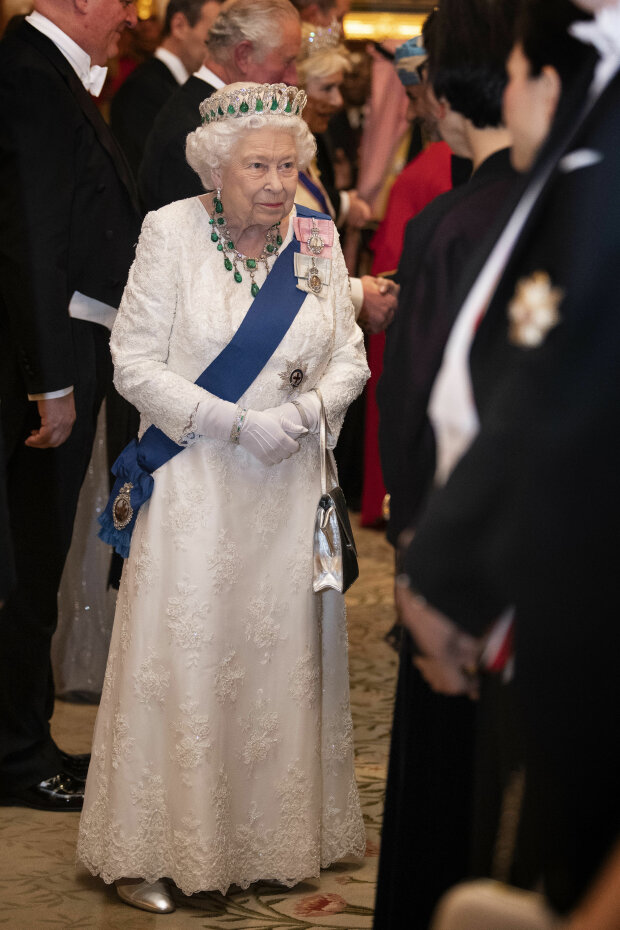 В роскошном белом платье от любимого дизайнера: королева Елизавета II устроила светский прием. ФОТО