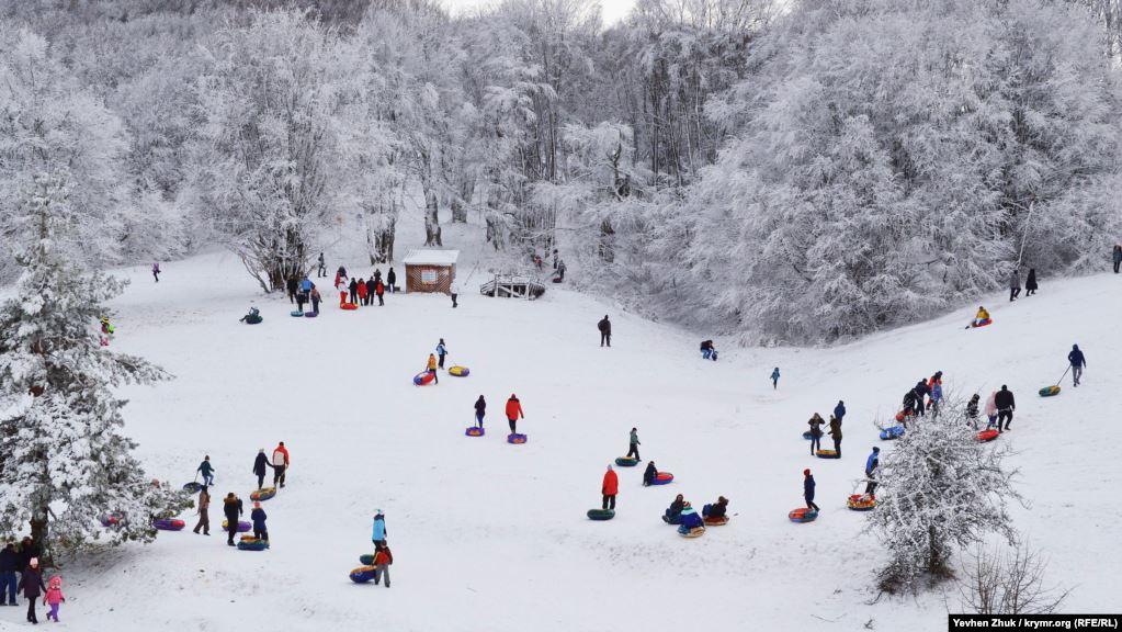 В выходные дни поучаствовать в снежных забавах приезжают сотни людей