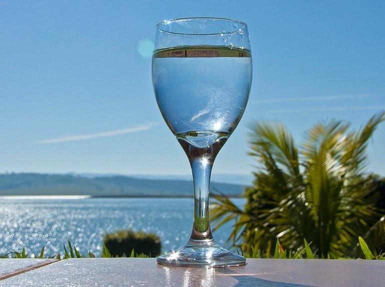Диетологи развенчали 3 мифа о влиянии воды на похудение
