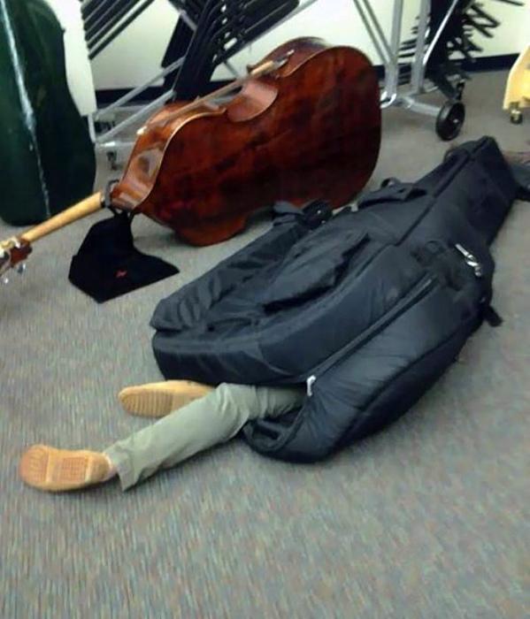 Где упал, там и уснул: забавные люди, заснувшие в самых забавных местах и позах