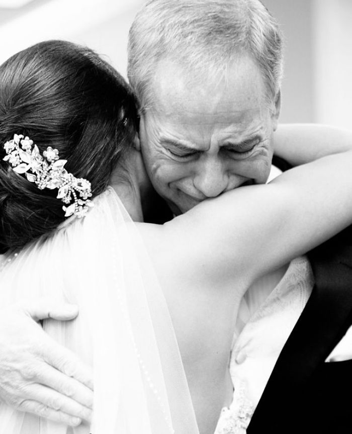 20 эмоциональных фото, на которых отцы впервые увидели своих дочерей в свадебных платьях. ФОТО