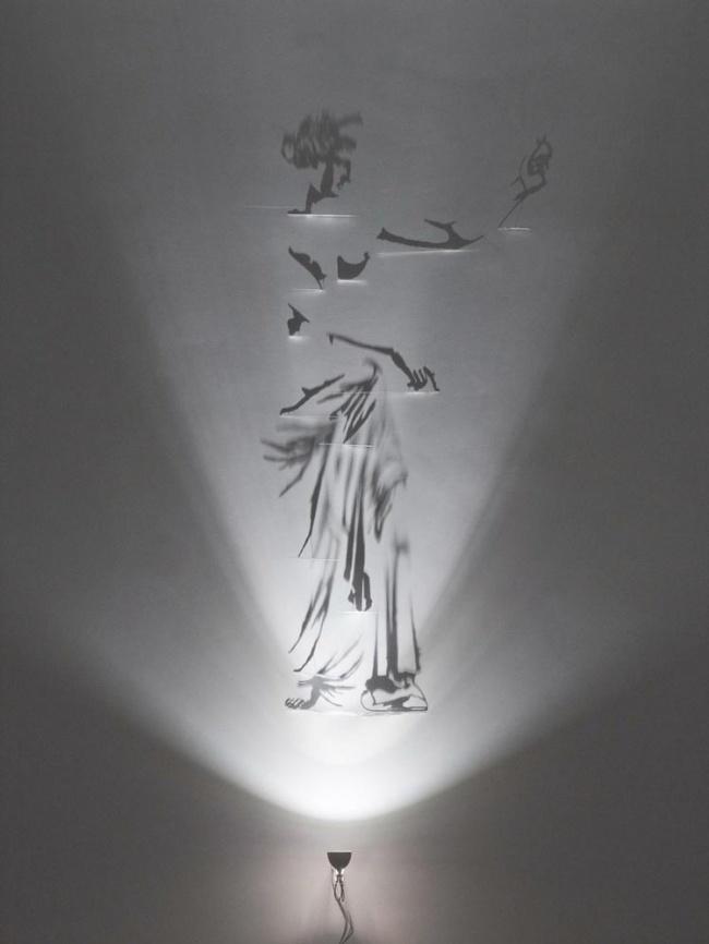 Художник, рисующий тенью. ФОТО