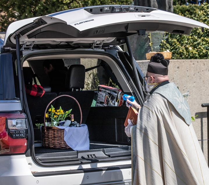 Священник в США благославлял прихожан из водяного пистолета и стал звездой соцсетей. ФОТО