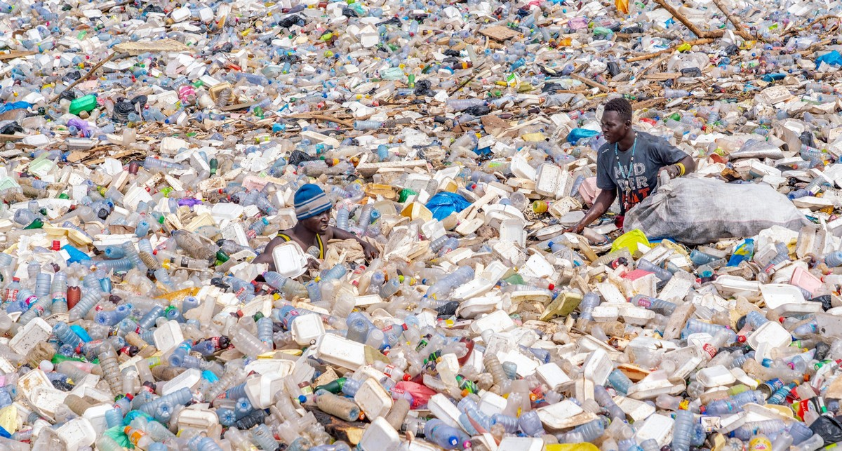 Сборщики пластиковых отходов и грязная лагуна в Гане