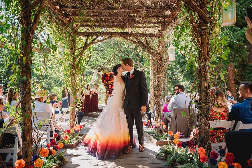 """Художница добавила к свадебным платьям немного \""""огня\"""", и люди уверены — лучших нарядов ещё никто не создавал. ФОТО"""