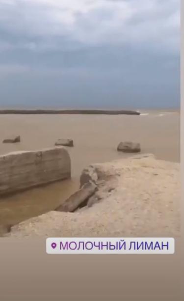 Купаться невозможно: появились фото последствий шторма на Азовском море. ФОТО