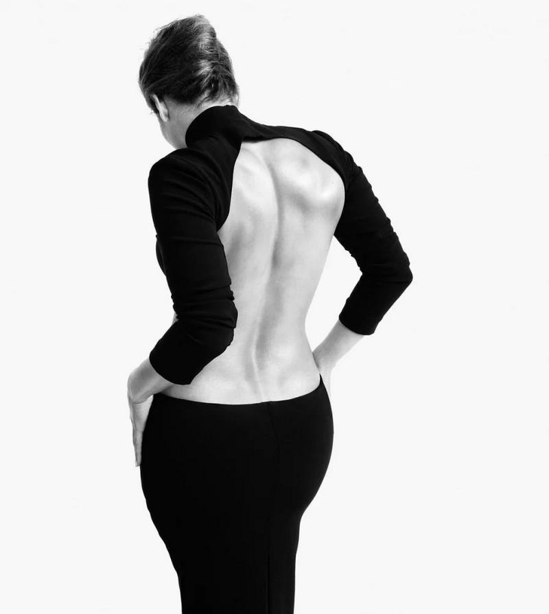 Дженнифер Лопес позировала в платье, полностью обнажившим ее спину