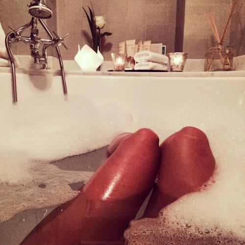 Красивые ножки девушек в ванной