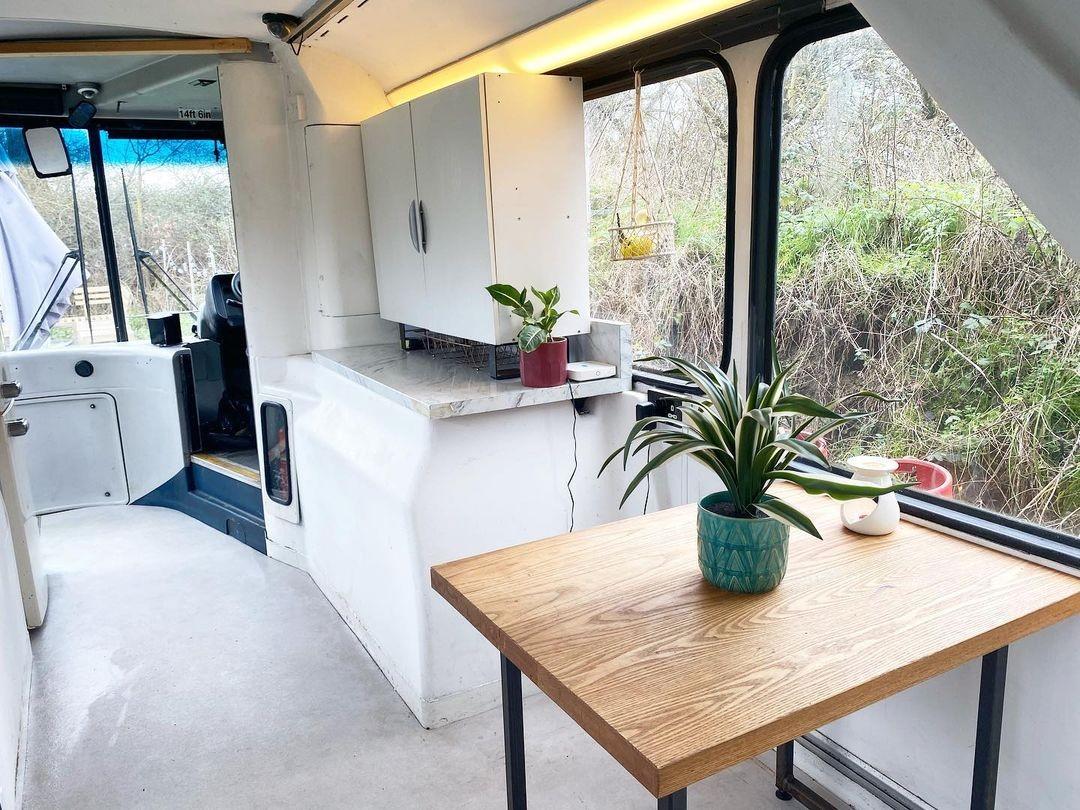 Британская пара купила двухэтажный автобус и переделала его в дом мечты