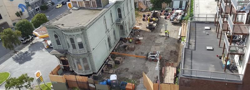 Владелец старинного дома заплатил 400 тысяч долларов за его перевозку на новое место — видео