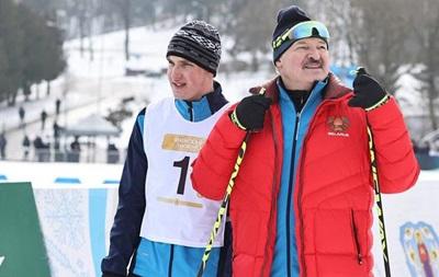 """Соперник Лукашенко в лыжной гонке трижды """"случайно"""" падал на финише. ВИДЕО"""