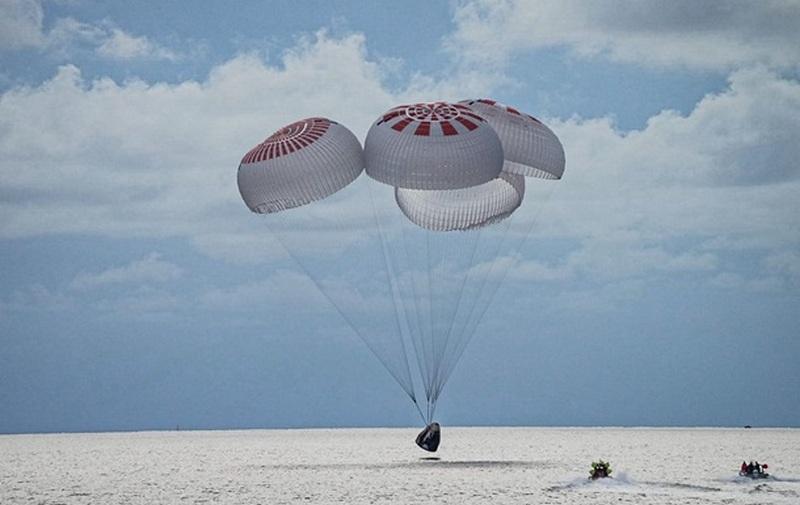 Космические туристы SpaceX вернулись на Землю (ВИДЕО)